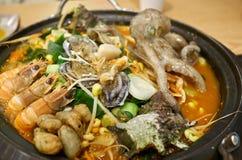 Hete Koreaanse zeevruchtenhutspot met diverse ingrediënten met inbegrip van kleine octopus, garnalen, abalones, trompetshells, wa royalty-vrije stock afbeelding