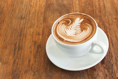 Hete lattekoffie met latteart. Stock Afbeeldingen
