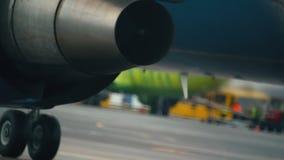 Hete lucht achter de vliegtuigenmotor stock videobeelden