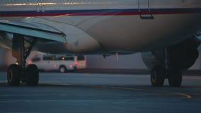 Hete lucht achter de vliegtuigenmotor stock video