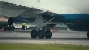Hete lucht achter de vliegtuigenmotor stock footage