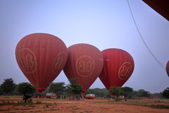 Hete Lucht Ballooning over Bagan in Myanmar stock afbeelding