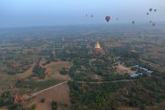 Hete Lucht Ballooning over Bagan in Myanmar royalty-vrije stock afbeelding