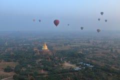 Hete Lucht Ballooning over Bagan in Myanmar royalty-vrije stock afbeeldingen