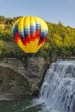 Hete Lucht Ballooning over de Middendalingen bij Letchworth-het Pari van de Staat Royalty-vrije Stock Fotografie