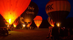 Hete lucht Baloons bij nacht stock foto's