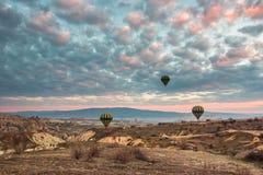 Hete lucht het ballooning in Cappadocia, Turkije stock afbeeldingen