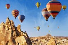 Hete lucht het ballooning dichtbij Uchisar-kasteel, Cappadocia royalty-vrije stock fotografie