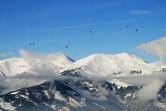 Hete lucht het ballooning over de bovenkanten van bergen royalty-vrije stock fotografie