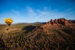Hete lucht het ballooning over sedona Arizona die ballon en butte tonen stock foto's