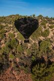 Hete lucht het ballooning over sedona Arizona die ballon en butte tonen stock afbeeldingen