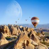 Hete lucht het ballooning in zonsopgang in Cappadocia, Turkije royalty-vrije stock afbeelding