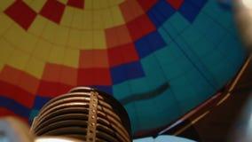 Hete lucht het branden aan de luchtballon stock footage