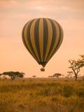 Hete luchtballon in Afrika royalty-vrije stock afbeelding