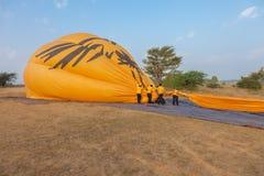 Hete luchtballon in Bagan stock afbeelding