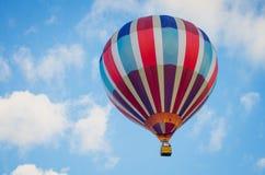 Hete luchtballon in de blauwe hemel royalty-vrije stock fotografie