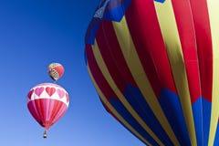 Hete luchtballon in de blauwe hemel Royalty-vrije Stock Foto's