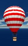 Hete luchtballon in de hemel met wolken Stock Foto