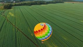 Hete luchtballon in de hemel over een gebied stock video