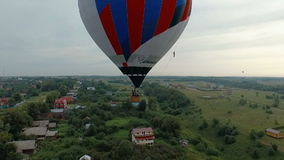 Hete luchtballon in de hemelvlieg weg stock videobeelden
