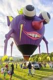 Hete luchtballon de Vliegende Purpere Menseneter Royalty-vrije Stock Fotografie