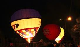 Hete luchtballon die in avondhemel beginnen te vliegen Royalty-vrije Stock Foto's