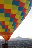 Hete luchtballon die bij zonsopgang vliegt royalty-vrije stock afbeelding
