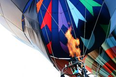 Hete luchtballon die - de brander in brand steekt stock afbeeldingen