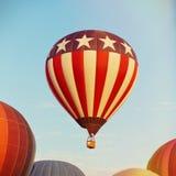Hete luchtballon die over blauwe hemel vliegen Royalty-vrije Stock Fotografie