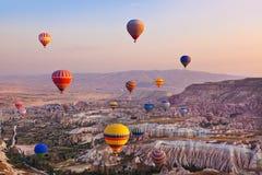 Hete luchtballon die over Cappadocia Turkije vliegen Stock Foto's