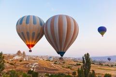 Hete luchtballon die over Cappadocia Turkije vliegt Stock Afbeeldingen
