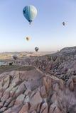 Hete luchtballon die over Cappadocia vliegt Royalty-vrije Stock Foto's