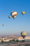 Hete luchtballon die over Cappadocia vliegt Stock Foto