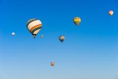 Hete luchtballon die over Cappadocia vliegt Royalty-vrije Stock Afbeelding