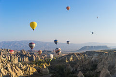 Hete luchtballon die over Cappadocia vliegt Royalty-vrije Stock Afbeeldingen