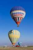 Hete luchtballon die over Cappadocia vliegt Stock Fotografie