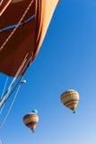 Hete luchtballon die over Cappadocia vliegt Stock Afbeelding