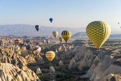 Hete luchtballon die over Cappadocia vliegt Royalty-vrije Stock Foto