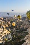 Hete luchtballon die over Cappadocia vliegt Stock Foto's