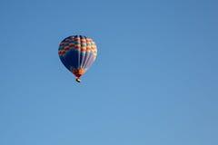 Hete luchtballon die over spectaculaire Cappadocia vliegen royalty-vrije stock afbeeldingen