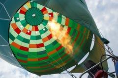 Hete luchtballon die voor vlucht voorbereidingen treffen Royalty-vrije Stock Fotografie