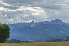 Hete Luchtballon en Gerechtsgebouwrots Royalty-vrije Stock Afbeelding