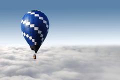 Hete luchtballon en wolken royalty-vrije stock fotografie