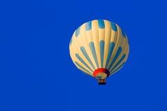 Hete Luchtballon het Vliegen Royalty-vrije Stock Afbeeldingen