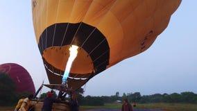 Hete Luchtballon klaar om in Bagan te vliegen stock video