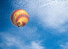 Hete luchtballon met blauwe hemelachtergrond Royalty-vrije Stock Afbeeldingen
