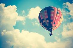 Hete luchtballon met propaanbranders die in het in brand worden gestoken stock foto