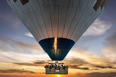 Hete luchtballon met propaanbranders die in het in brand worden gestoken Stock Fotografie