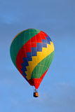 Hete luchtballon op hemel Stock Afbeeldingen