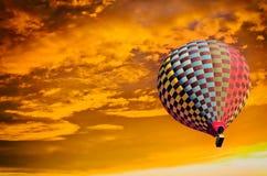 Hete luchtballon op zonsondergang stock foto's